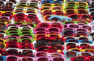 I rischi degli occhiali da sole delle bancarelle